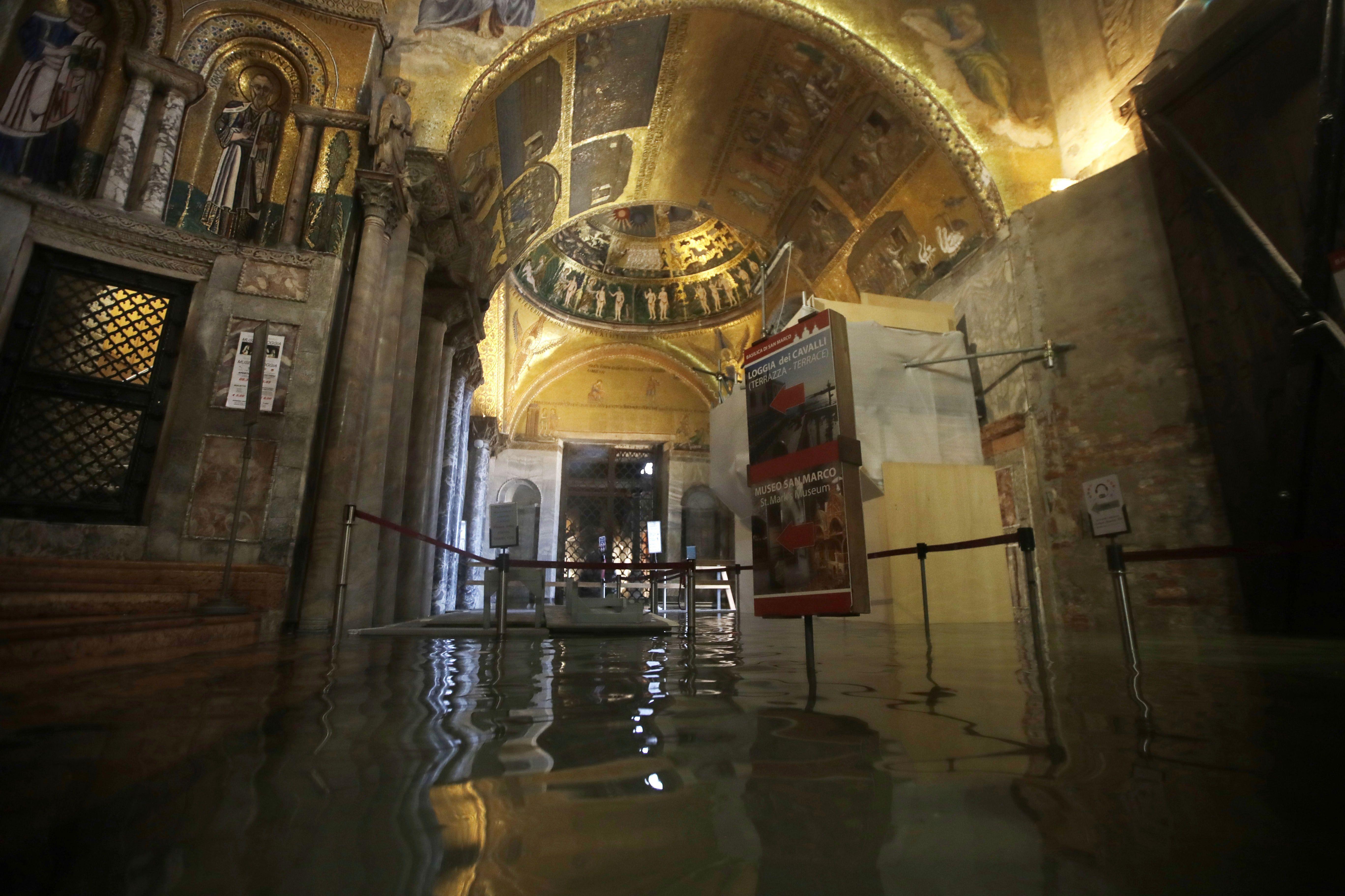 Photos Tourists Venetians Slosh Through A Flooded Lagoon
