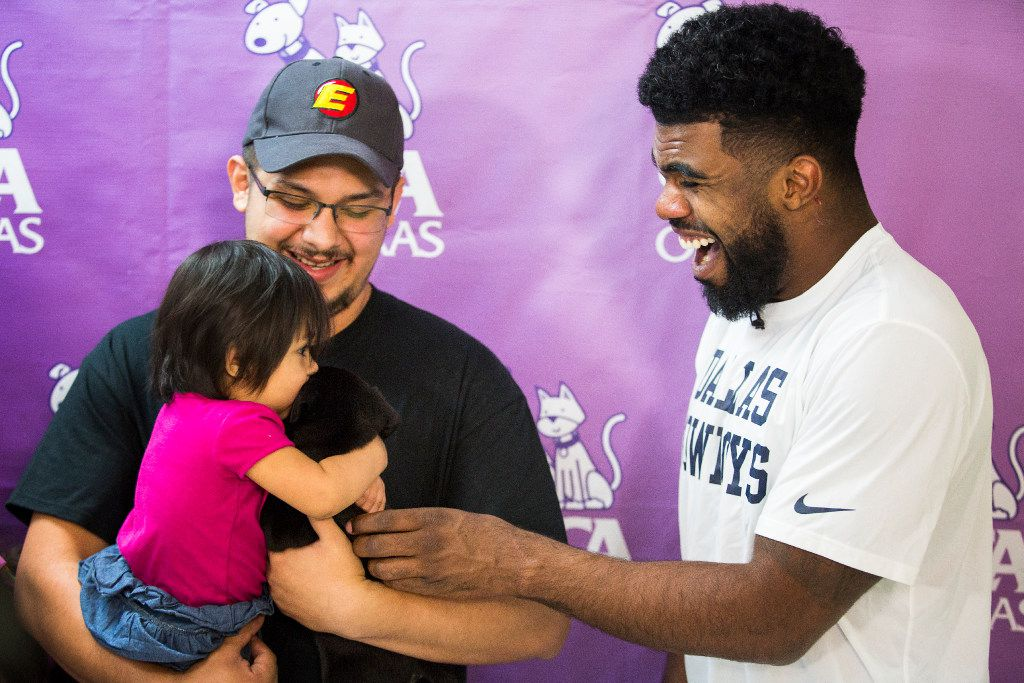 best loved 59048 9f1c6 Watch as Cowboys RB Ezekiel Elliott surprises new pet owners ...