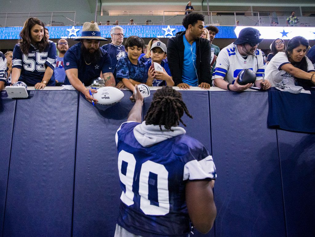 size 40 9bfd7 a946e While spending time with local kids, DeMarcus Lawrence ...